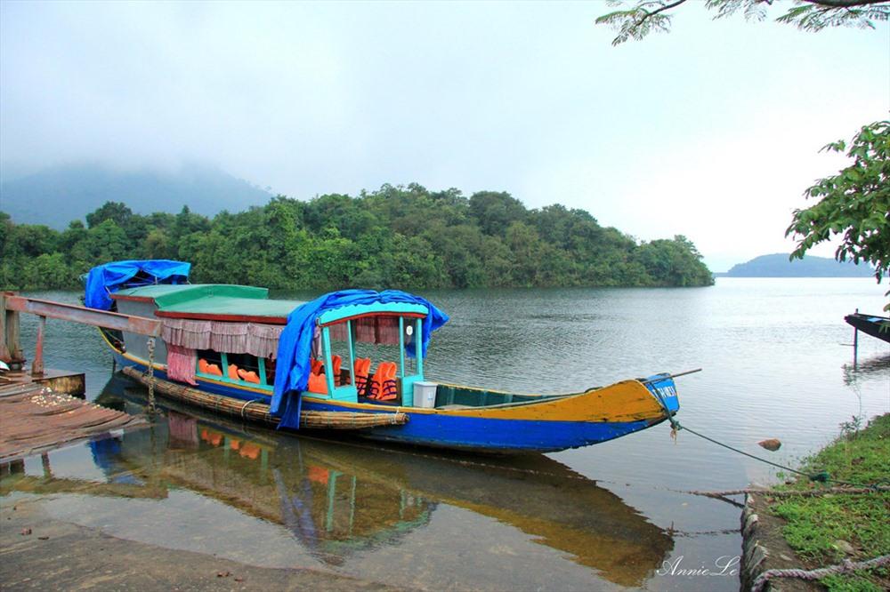 Tại đập hồ Truồi, để đến được Thiền viện, du khách mất khoảng 15 phút đi đò qua hồ Truồi (nguồn ảnh: Zing.vn)