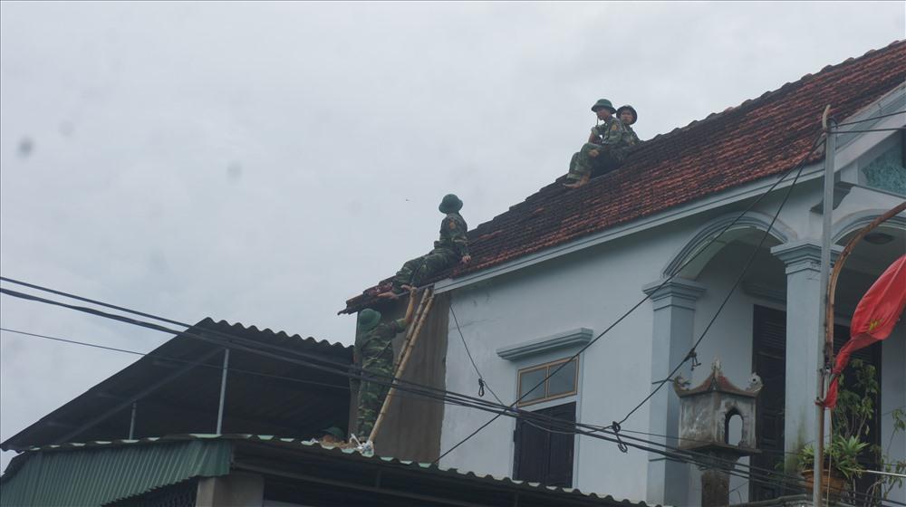 nhà mái 2 tầng cũng bị tố lốc làm bay ngói