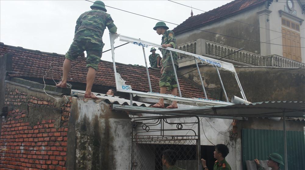 hình ảnh giúp dân của lực lượng vũ trang và các lực lượng của địa phương