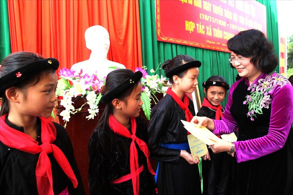 Phó Chủ tịch Nước Đặng Thị Ngọc Thịnh trao quà cho trẻ em.