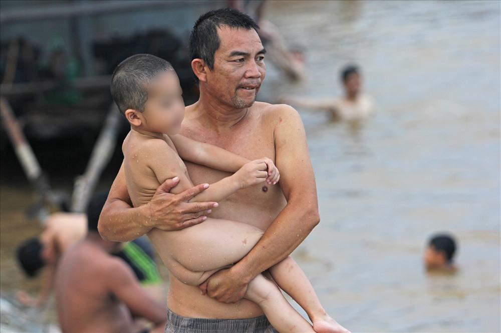 Nhiều người chọn khu vực sông này làm điểm học bơi cho con, thay vì vào các bể bơi trong nhà.