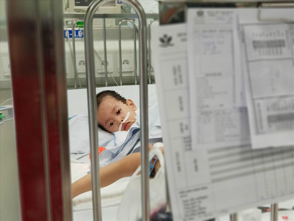 Một bệnh nhi buồn bã nằm tại khoa HSTC. Ảnh: T.Linh
