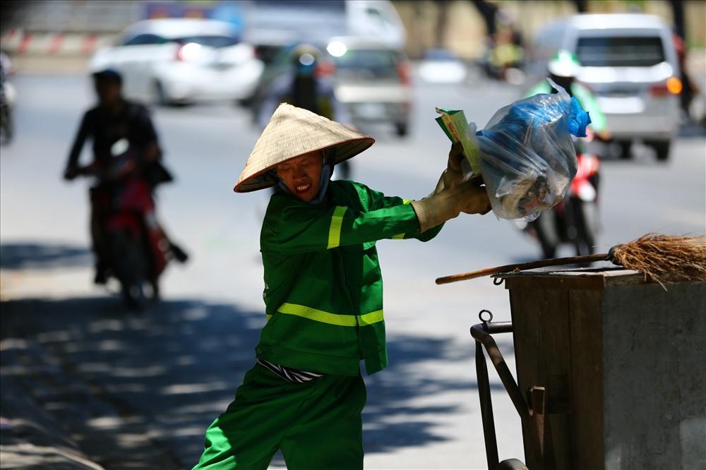 Công nhân vệ sinh vất vả dưới cái nắng gắt 450C (ảnh chụp lúc 12h trưa 2.7 tại Hà Nội). Ảnh: SƠN TÙNG