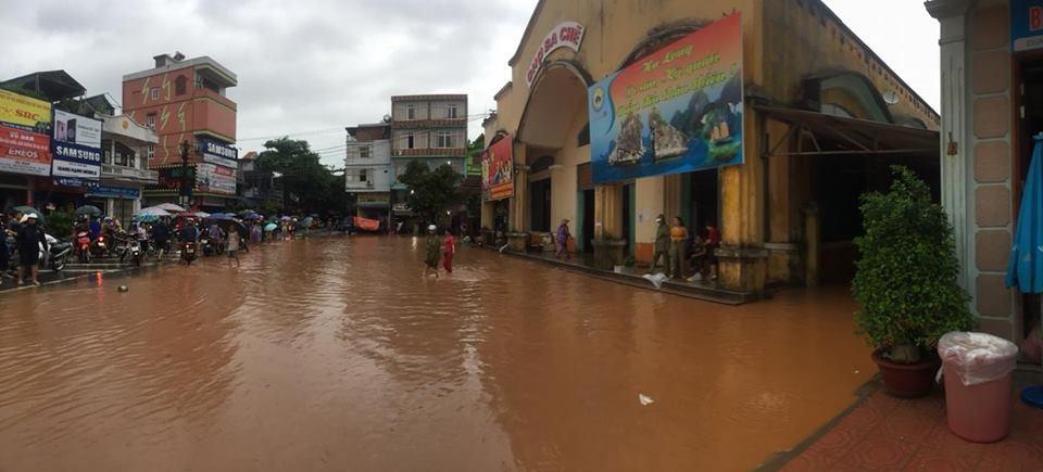 Mưa lũ còn gây ngập đến tầng 1 chợ trung tâm thị trấn.