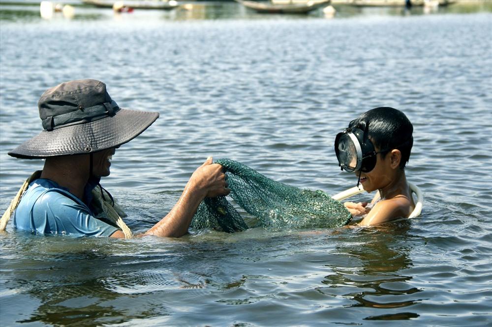 Niềm vui của 2 người ngư dân khi bắt được mẻ trìa lớn.
