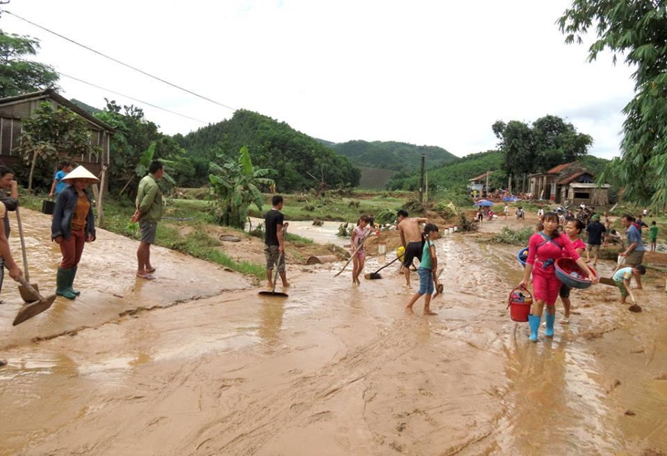 Ngay sau khi nước lũ rút, người dân nhanh chóng thu dọn khắc phục hậu quả.