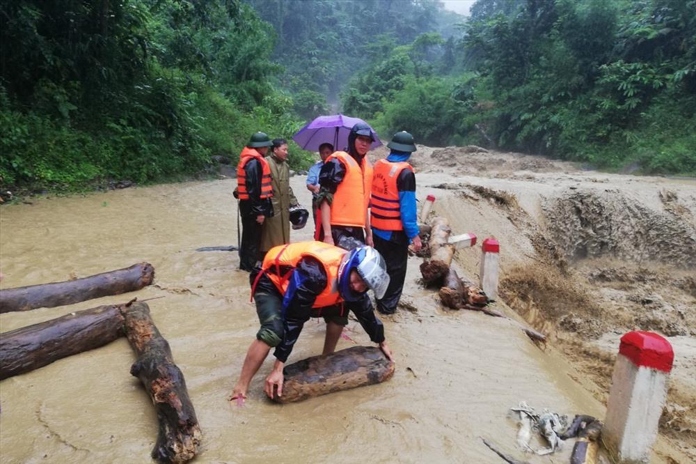 Bộ đội Biên phòng Nghệ An ứng cứu khắc phục hậu quả bão Sơn Tinh.Ảnh: PV