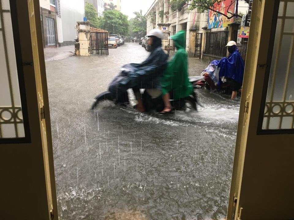 Mưa kéo dài, các tuyến phố bị ngập nặng.
