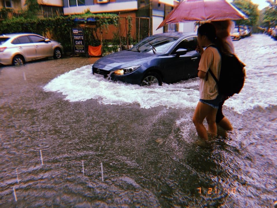 Đường Lương Ngọc Quyến (Văn Quán, Hà Đông) bị ngập nặng, phương tiện giao thông đi lại khó khăn,