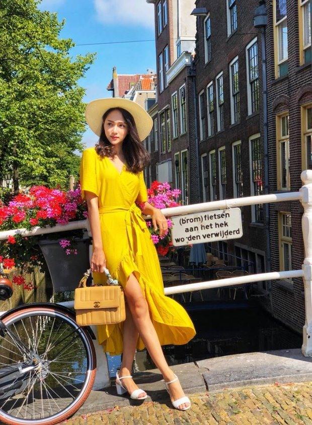Người đẹp cao m78 này xinh đẹp nổi bật trong chiếc váy vàng