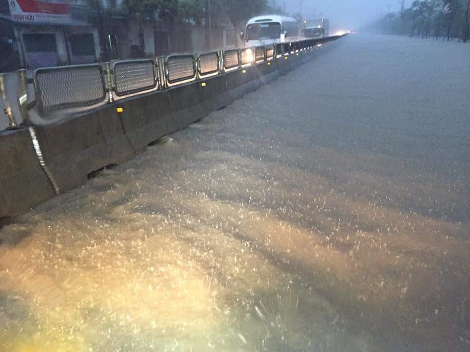 Ngay từ sáng sớm, đoạn km12 phường Quang Hanh đã xảy ra tình trạng ngập lut
