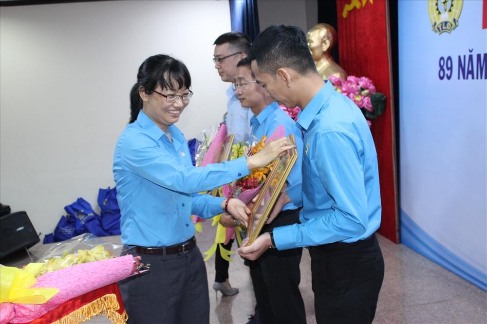 Bà Trần Thị Diệu Thúy - Chủ tịch LĐLĐ TP tặng Bằng khen cho các đơn vị có thành tích xuất sắc trong hoạt động CĐ và phong trào công nhân