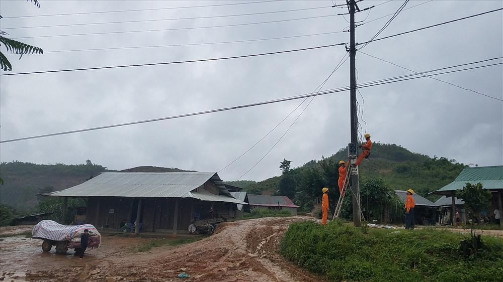 Nhiều năm nay, người dân các thôn 4,5,6 thuộc xã Đắk R'măng sống trong cảnh thiếu điện khiến cuộc sống của bà con gặp khó khăn.