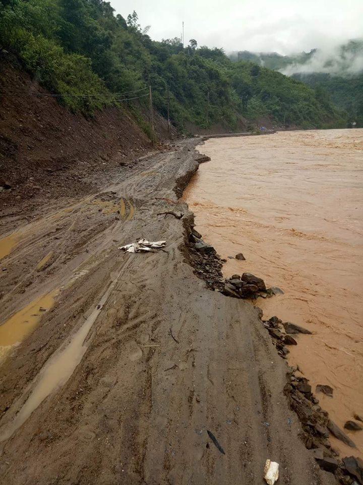 nước lũ làm sạt lỡ nghiêm trọng nhiều tuyến đường giao thông trên địa bàn tỉnh