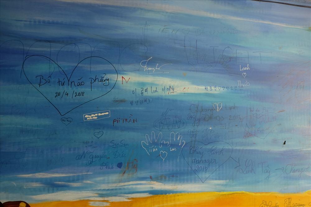 Bức tranh được treo tại hầm đi bộ cầu Rồng. Thế nhưng sau hơn 1 năm, những bức tường vẽ bích họa bị vẽ bậy, bôi bẩn bởi bút xóa, bút màu, quảng cáo nhếch nhác.