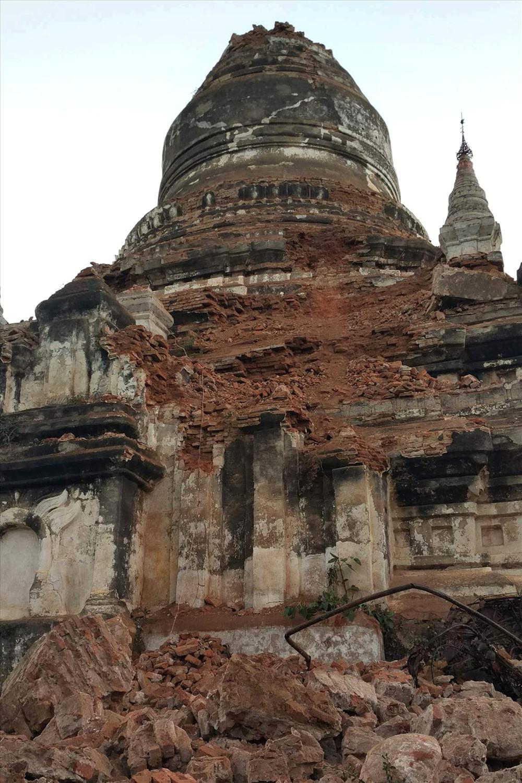 """Những ngôi đền, chùa còn lại đang """"run rẩy"""" vì thiên tai. Ảnh: Reuters"""