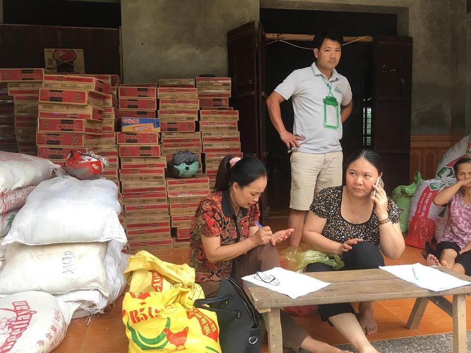 Thông Nhân Lý rà soát lại những hộ dân nhận cứu trợ lương thực