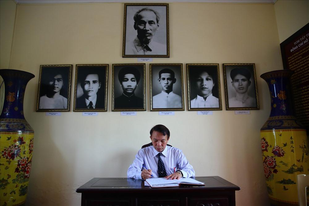 Phó Chủ tịch Tổng LĐLĐVN Mai Đức Chính ghi sổ lưu niệm tại nhà lưu niệm lãnh tụ Nguyễn Đức Cảnh. Ảnh: Sơn Tùng