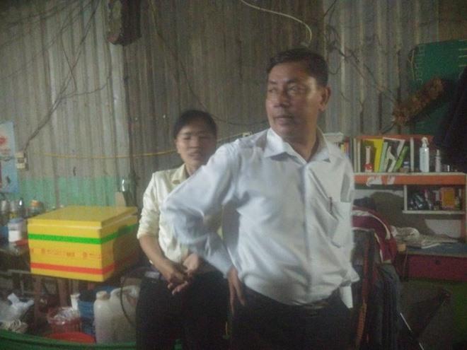 Lãnh đạo ngành giáo dục huyện Bình Chánh, TP.HCM đến thăm cháu D. Ảnh K.L
