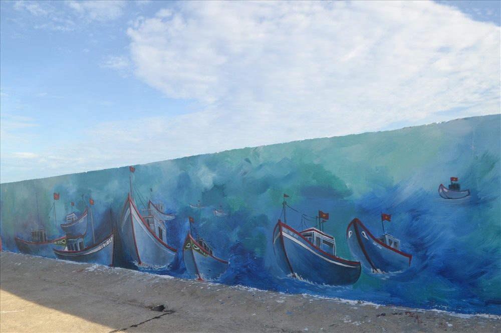 Một bức tranh khắc họa những chiếc thuyền vượt sóng ra khơi - như ý chí của ngư dân Lý Sơn quyết lòng bám biển Hoàng Sa - Trường Sa.