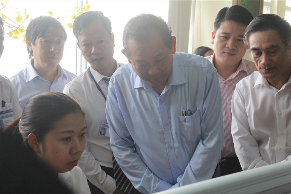 Phó Thủ tướng Thường trực Chính phủ Trương Hòa Bình kiểm tra quá trình thực hiện công việc của cán bộ nhân viên Cục Thuế tỉnh Quảng Nam. Ảnh: Đ.V