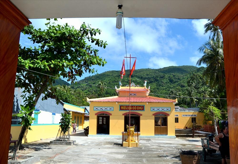 Miếu Bà Cố Chủ, di tích lịch sử trên đảo Lại Sơn. Ảnh: Lục Tùng.