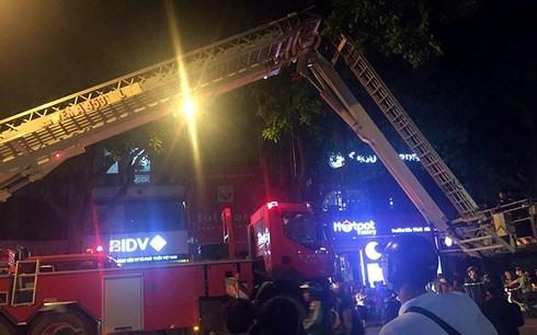 Xe cứu hỏa được điều động đến hiện trường để dập lửa.