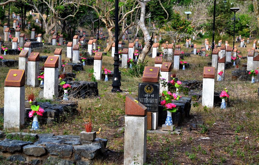 Bên trong, các ngôi mộ được giữ nguyên hiện trạng... Ảnh: Lục Tùng.