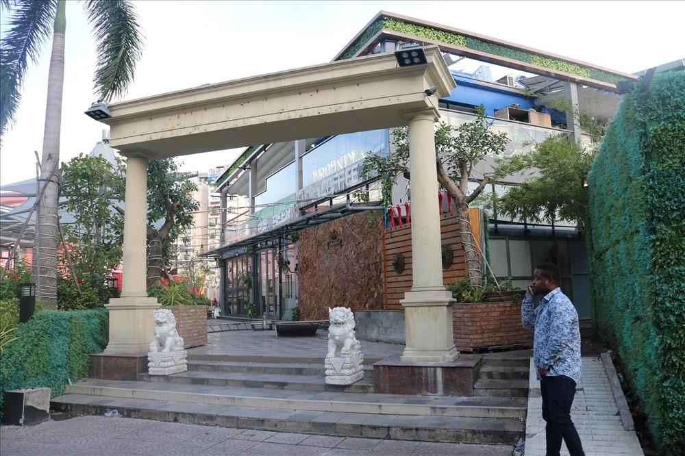 Một nhà hàng lớn được xây trong công viên 23 tháng 9, sắp tới sẽ di dời trả lại mặt bằng cho công viên để quy hoạch lại. Ảnh: Văn Huân