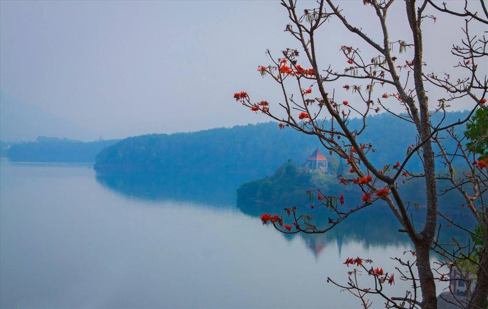 Biển Hồ mùa hoa gạo. Ảnh: Doãn Vinh