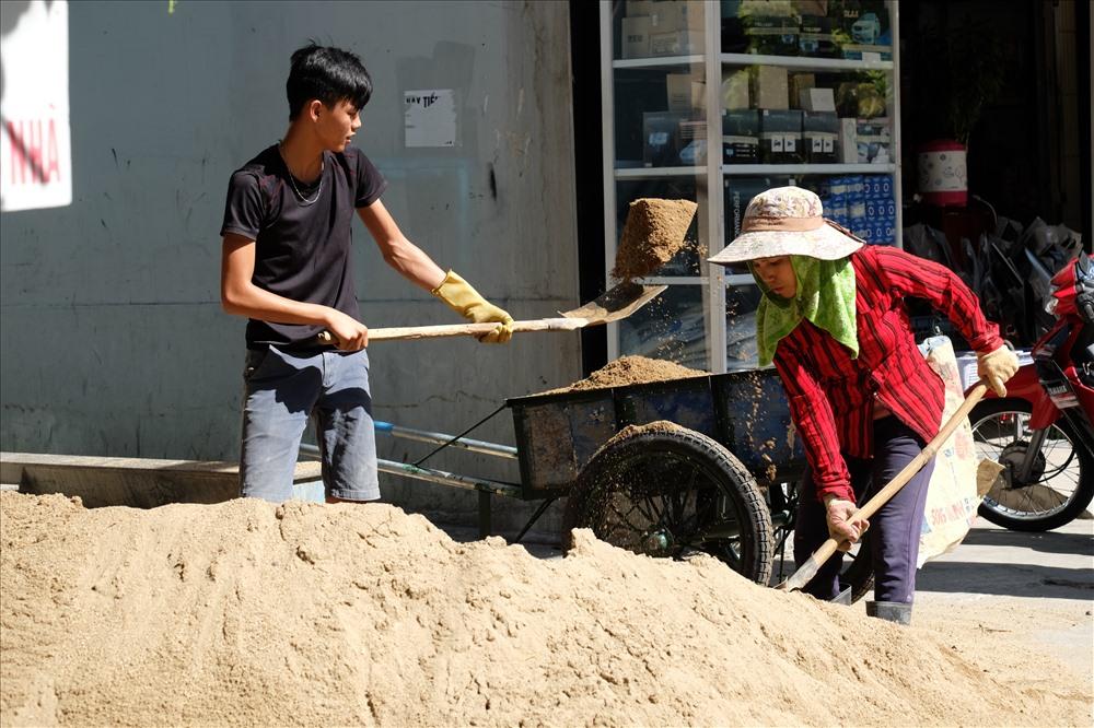 Các công nhân xây dựng làm việc giữa trời cái nắng oi bức của miền Trung