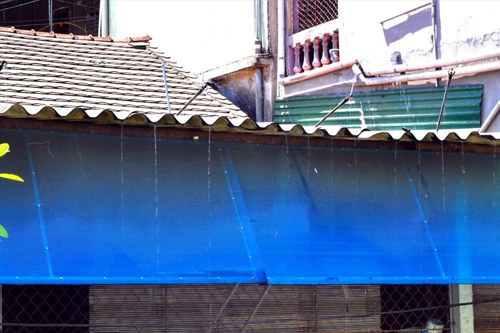 Một số hộ phải bơm nước liên tục lên mái nhà cho đỡ nóng