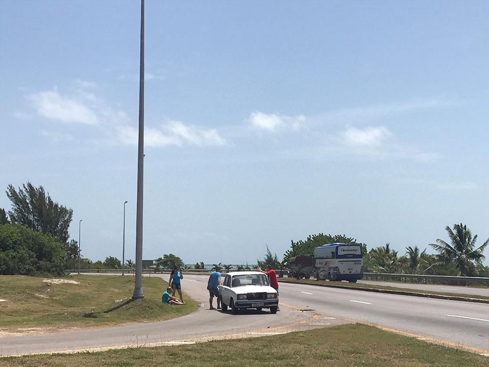 Cảnh xe đang đi bỗng dưng bị hỏng không hiếm tại Cuba.