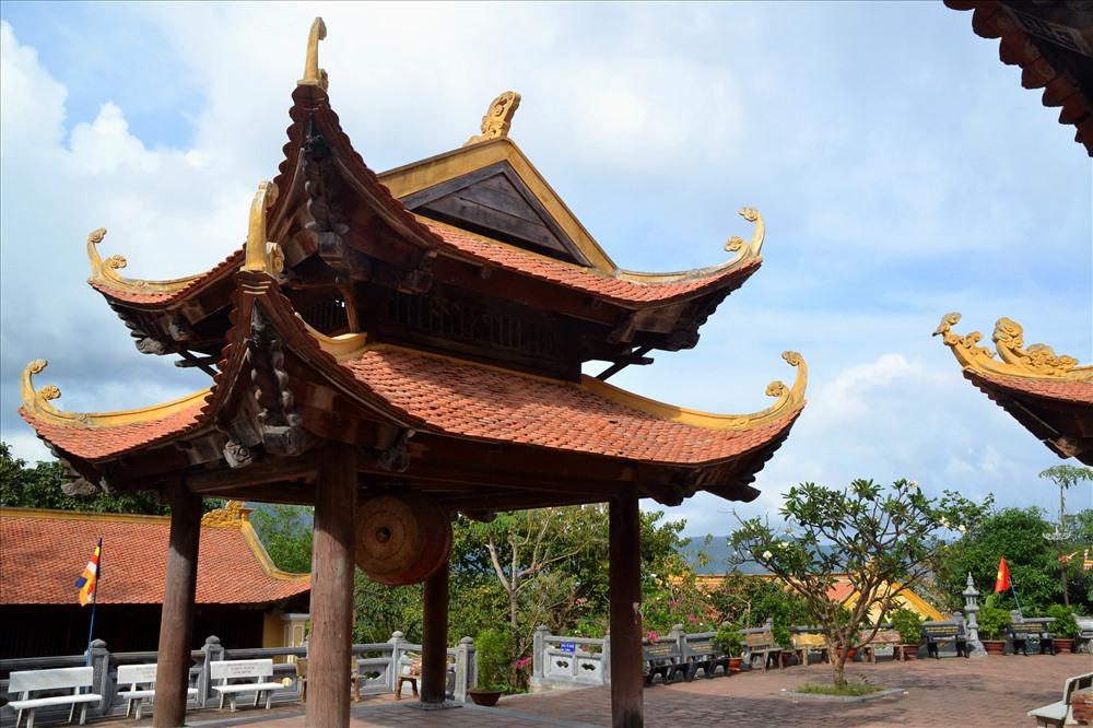 Lầu trống của ngôi chùa. Ảnh: Lục Tùng