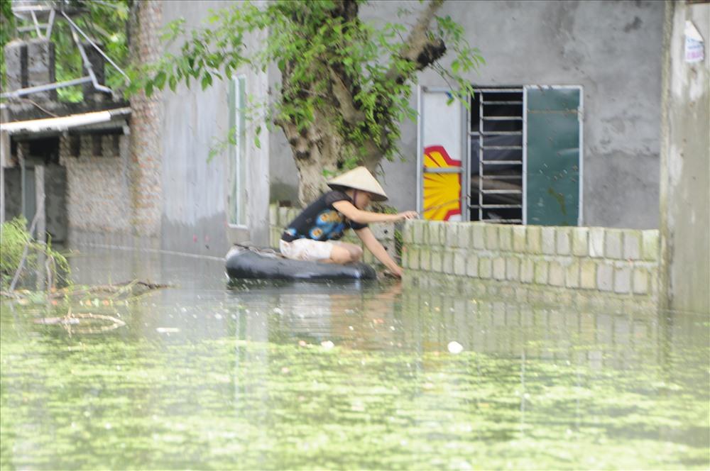 Tình trạng ngập lụt tại xã Nam Phương Tiến, huyện Chương Mỹ, Hà Nội