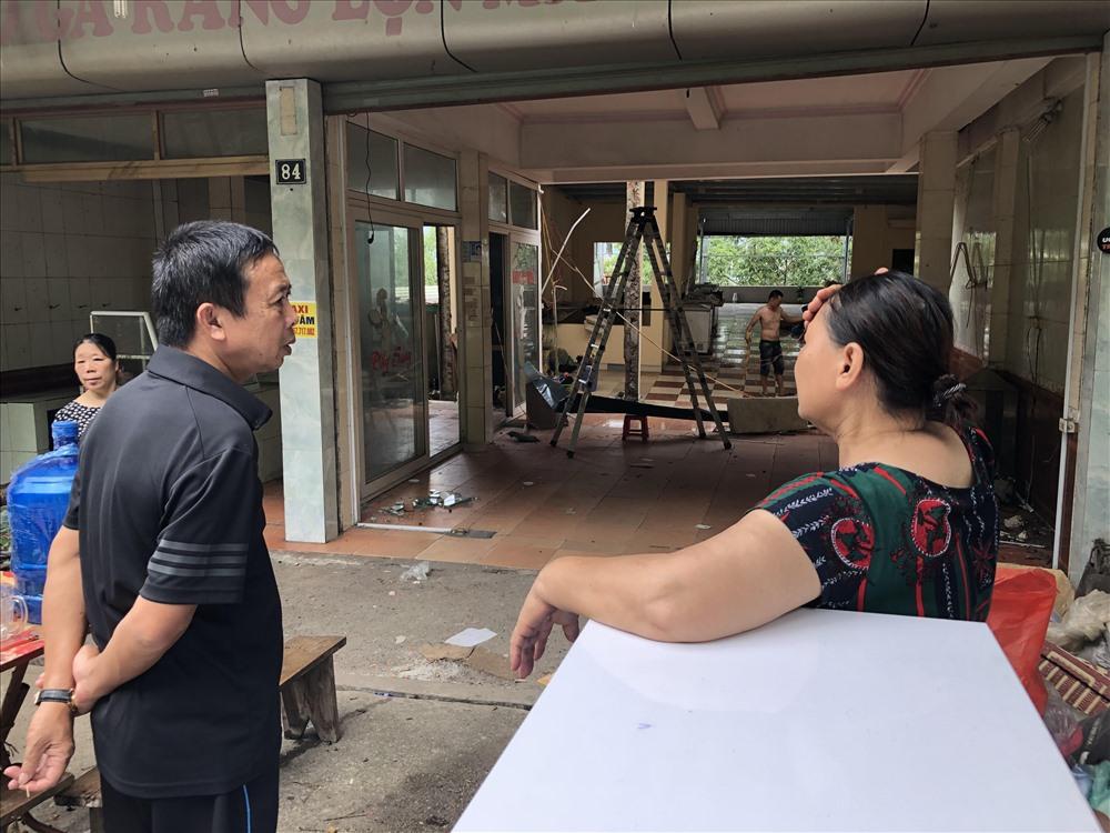 Bà Nguyễn Thị Nga xót xa bên ngôi nhà 4 tầng sụt gần hết xuống sông