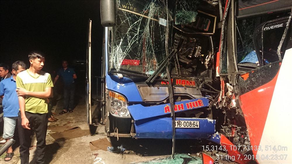 Chiếc xe khách bị hư hỏng nặng, tuy nhiên, không có thiệt hại về người. Ảnh: Công an cung cấp