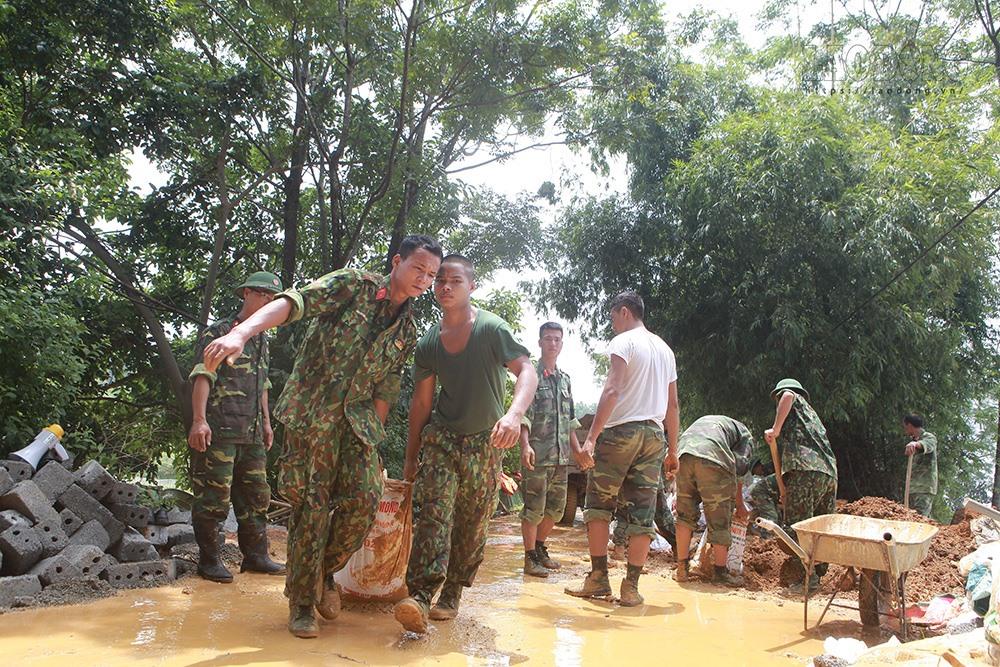 Lực lượng chức năng khẩn trương đắp đập, be bờ tránh nước tràn.