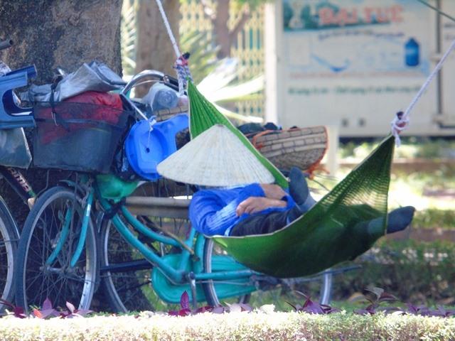 Nhiều người tranh thủ mắc võng, ngủ giữa công viên. Ảnh: HQ