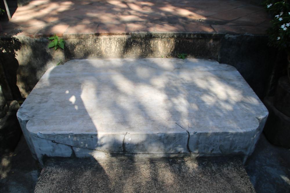 Theo nhà nghiên cứu Nguyễn Vĩnh Hảo, hòn đá này là viên bạch ngọc khổng lồ. Ảnh: Đ.Phùng