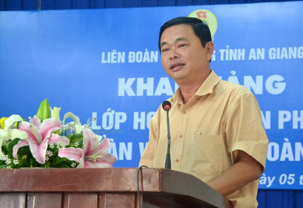 Ông Nguyễn Văn Nhiên - Phó Chủ tịch LĐLĐ An Giang phát biểu tại Lễ khai giảng lớp học. (Ảnh: Lục Tùng)