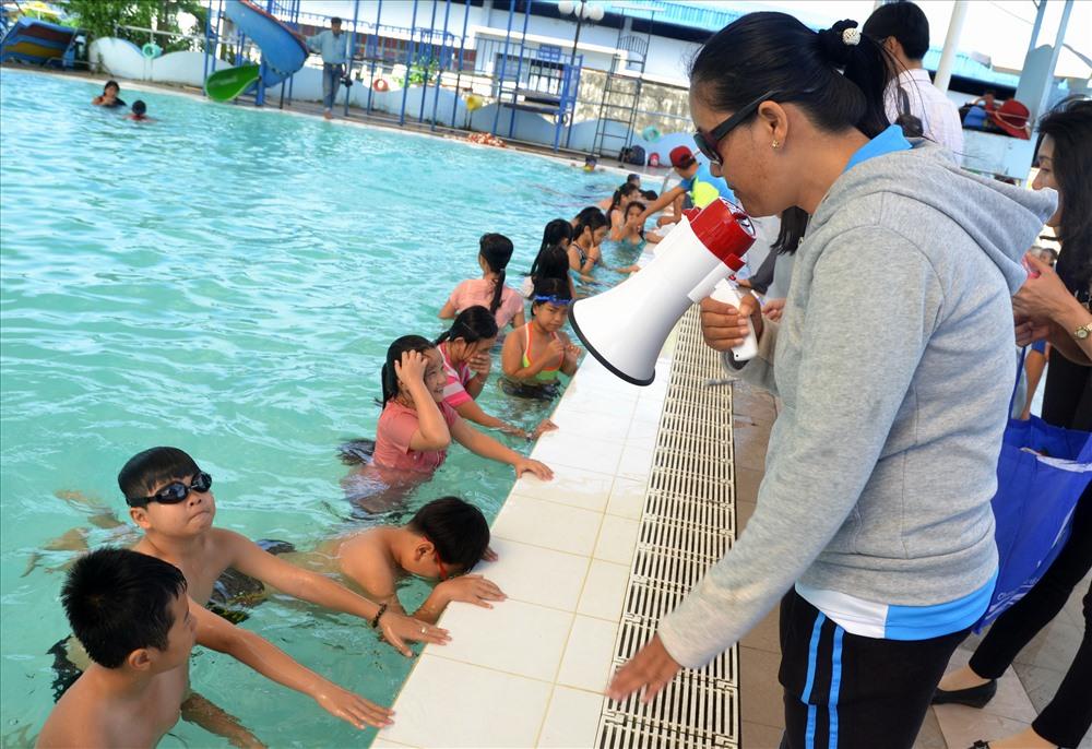 Nhắc nhở học sinh thao tác dưới nước. (Ảnh: Lục Tùng)