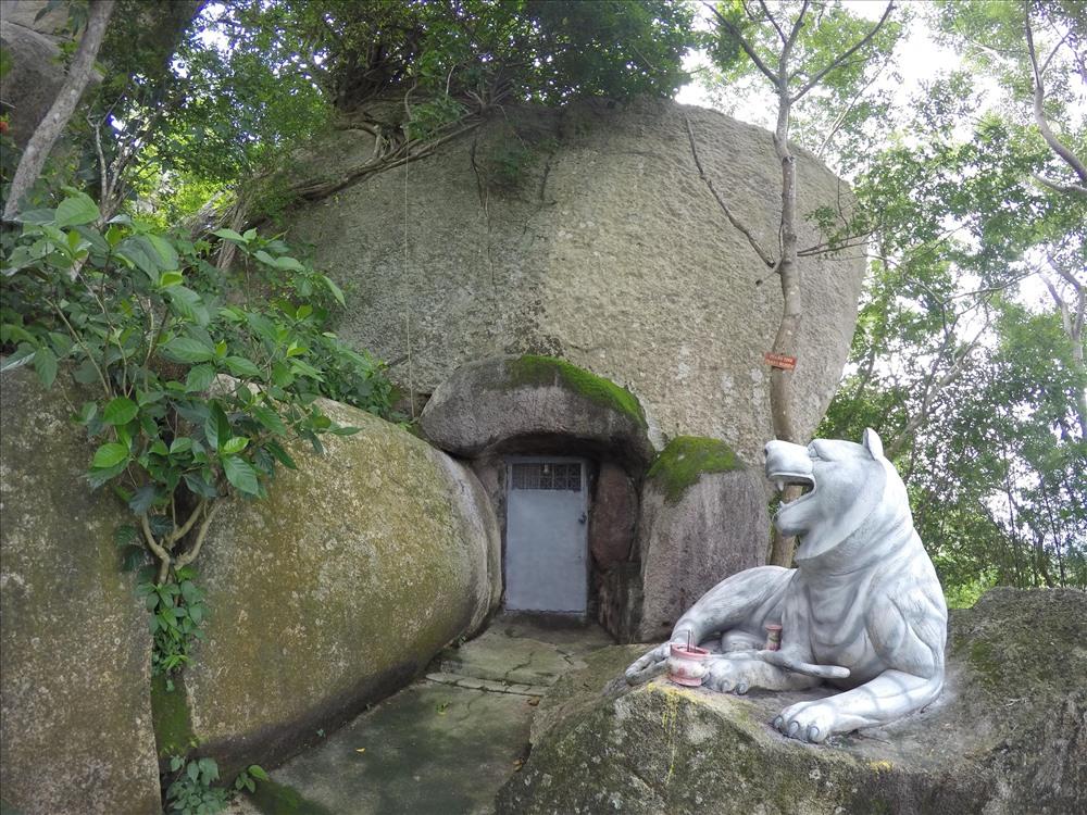 Tại đỉnh núi Thị Vải, hang núi linh thiêng trong lòng phiến đá lớn được làm cửa, khóa kín, bên ngoài dựng tượng con hổ trắng bảo vệ.