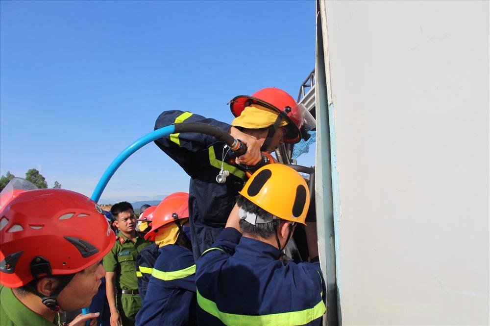 Lực lượng cảnh sát PCCC sử dụng thiết bị để phá cửa xe đưa nạn nhân ra ngoài