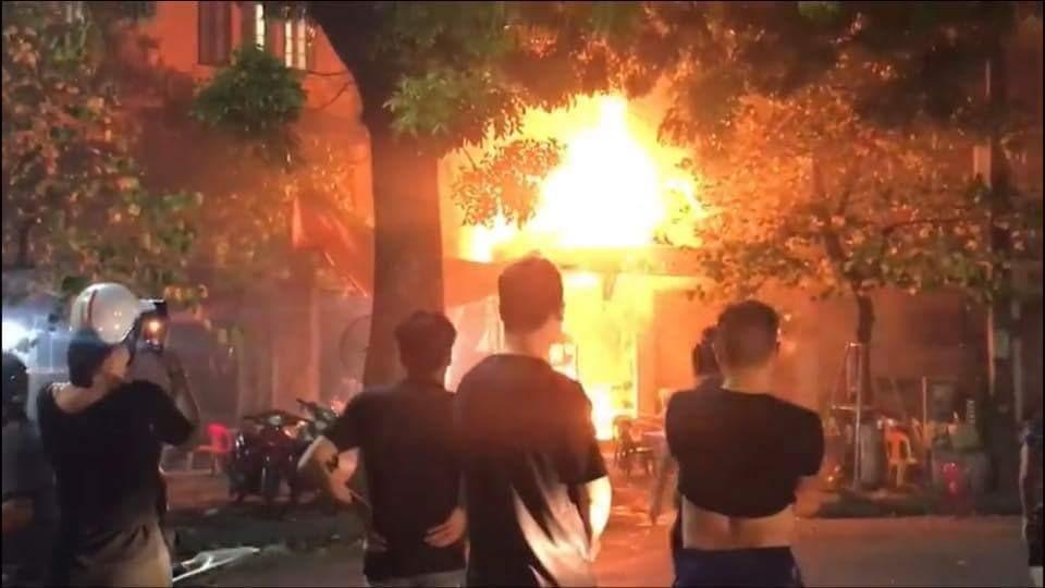 Ngọn lửa bốc cháy ngùn ngụt.