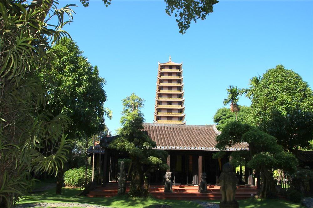 Bảo tháp nhìn từ khu nhà cổ. Ảnh: Đ.Phùng