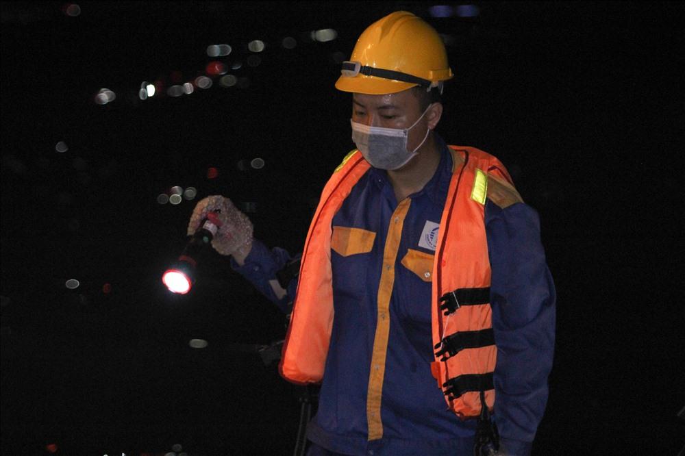12h đêm, các công nhân vẫn tất bật làm việc. Đến hiện tại, các cơ quan chức năng vẫn chưa đưa ra bất kỳ thông tin nào liên quan đến vụ việc. Lao động sẽ tiếp tục thông tin.