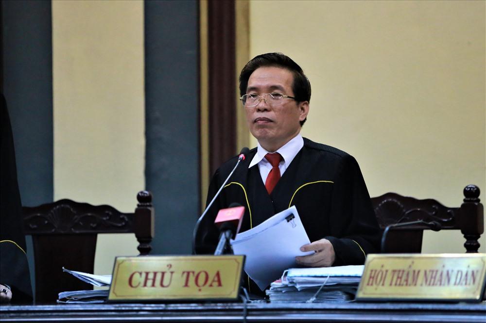 Chủ tọa phiên tòa đọc cáo trạng vụ án. Ảnh: Trường Sơn