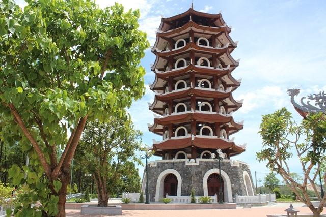 Tháp chuông Đồng Lộc tại Khu di tích. Ảnh: Trần Tuấn