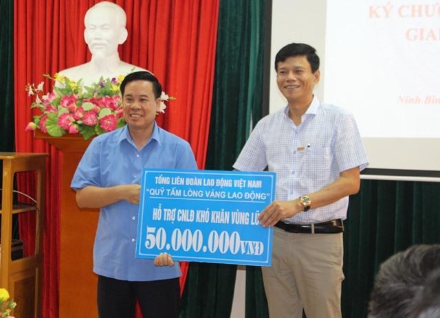 Quỹ XHTT Tấm lòng vàng Lao Động trao 50 triệu hỗ trợ các hoàn cảnh khó khăn vùng lũ ở Ninh Bình